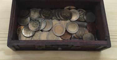 Foto von Münzen in einer Truhe