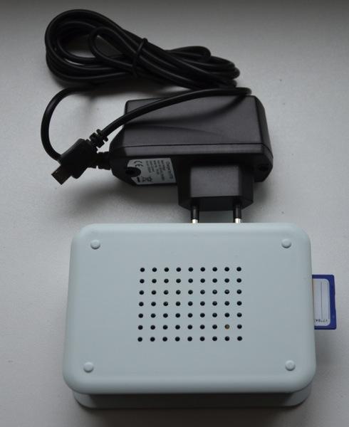 Foto vom Raspberry Pi mit Gehäuse und Netzteil