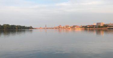Foto von Rostock in der Abendsonne, aufgenommen am Warnowufer