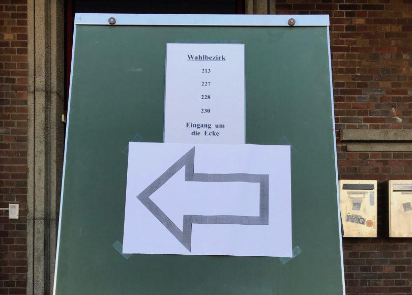 Foto vom Wegweiser zu einem Wahllokal