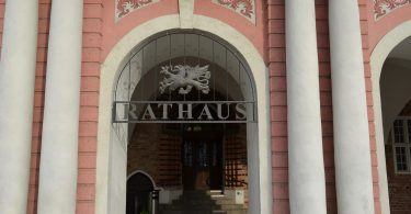 Foto des Eingangs zum Rostocker Rathaus