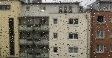 Foto von Regentropfen auf einer Fensterscheibe