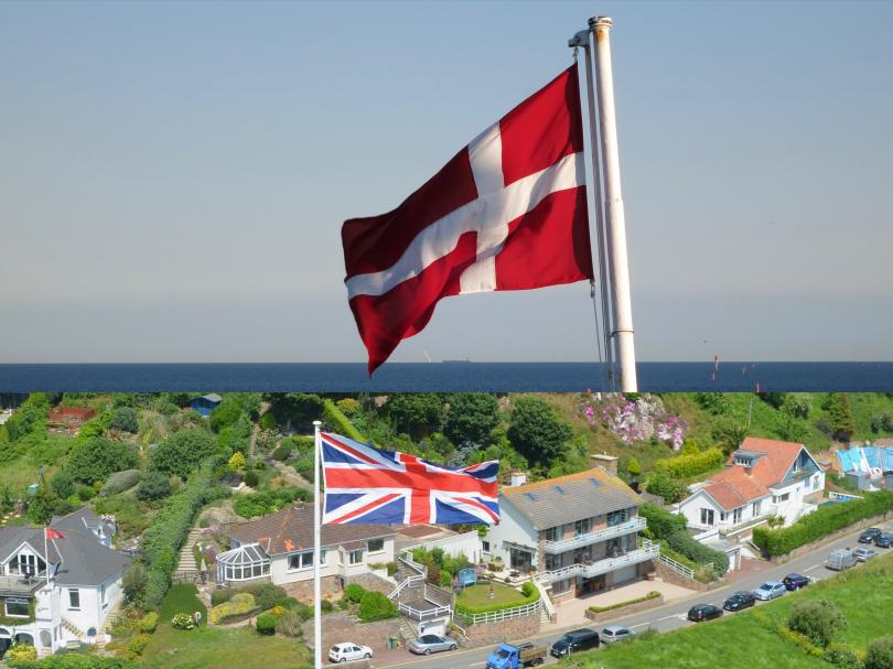Fahnen von Dänemark und Großbritannien