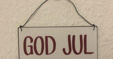 Schild mit der Aufschrift: God jul