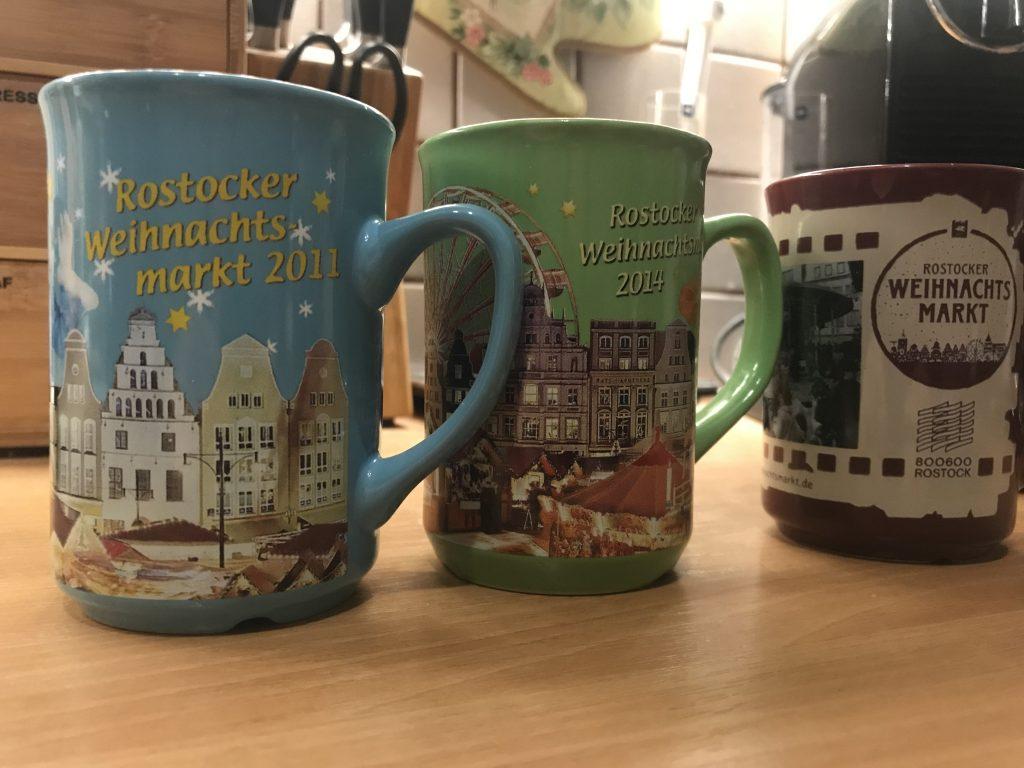Weihnachtsmarkt-Tassen aus verschiedenen Jahren