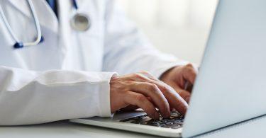 Arzt mit Computer