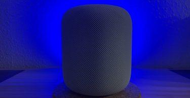 Foto vom HomePod mit blauer Hintergrundbeleuchtung