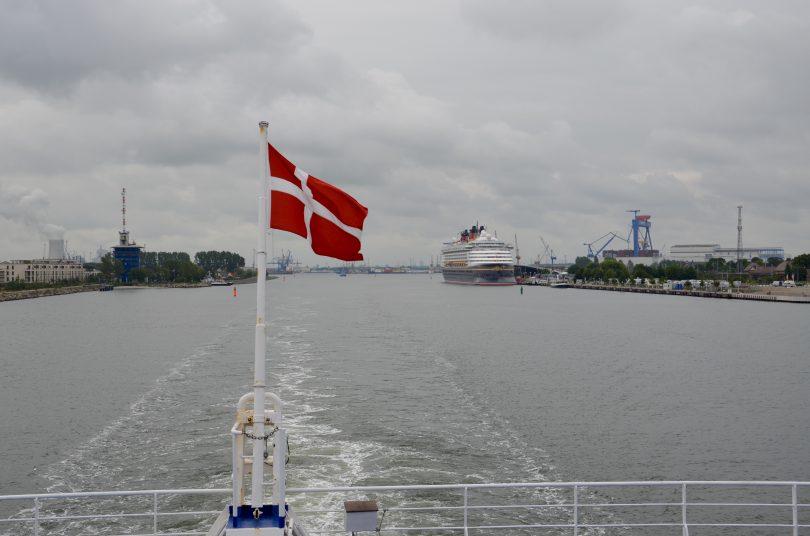 Dänische Fahne an einer Fähre (Symbolbild)